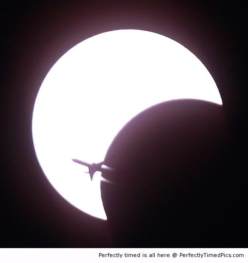 Airplane-passes-over-an-eclipse-resizecrop--